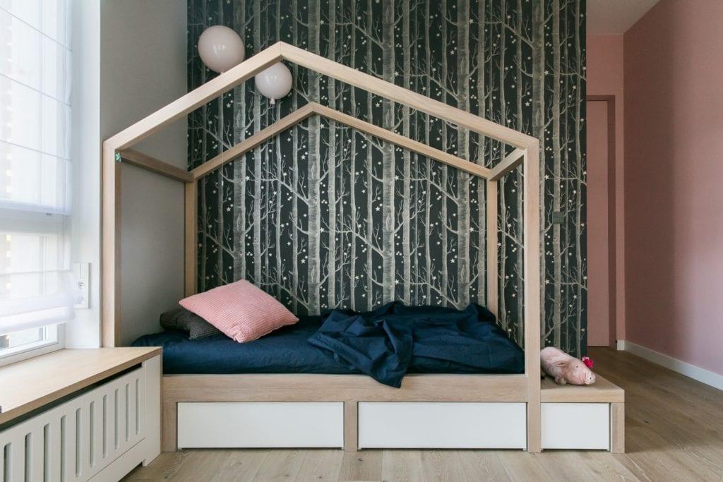 Joanna Zabłocka studio projekowania wnętrz - projekt poznańskiego apartamentu - Joanna Zabłocka studio projekowania wnętrz - projekt poznańskiego apartamentu - dziecięcy pokój z dużym łóżkiem i tapetą z motywem natury