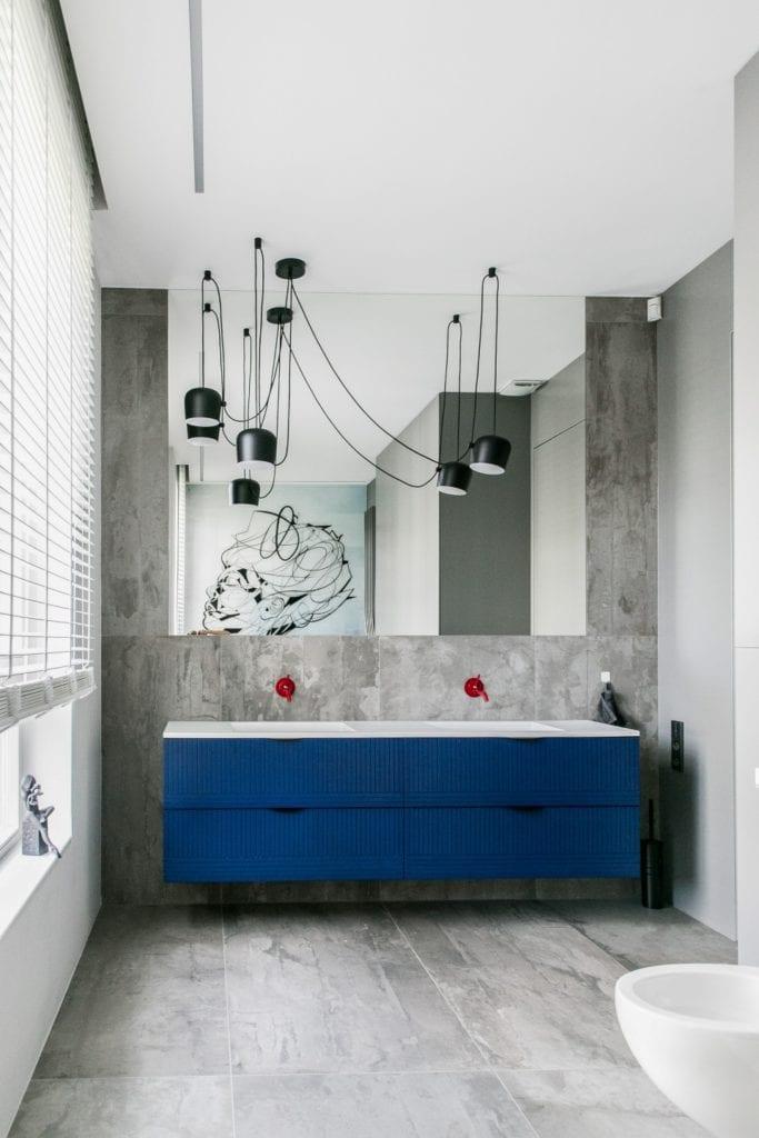 Joanna Zabłocka studio projekowania wnętrz - projekt poznańskiego apartamentu - szara łazienka i meble łazienkowe z niebieskimi frontami