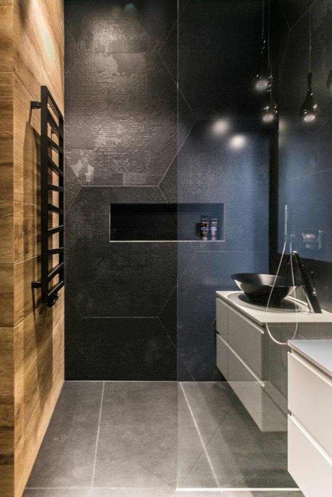 Joanna Zabłocka studio projekowania wnętrz - projekt poznańskiego apartamentu - czarno-niebieska ściana w łazience