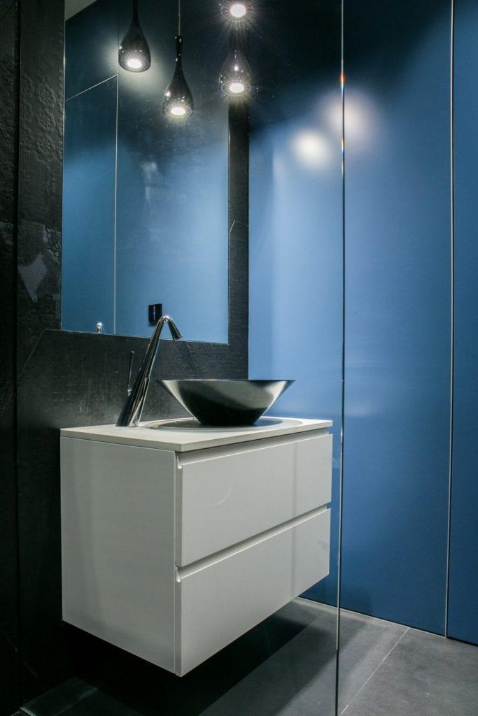 Joanna Zabłocka studio projekowania wnętrz - projekt poznańskiego apartamentu - niebieskie meble w łazience
