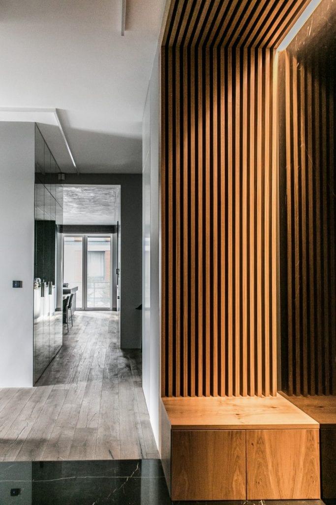 Joanna Zabłocka studio projekowania wnętrz - projekt poznańskiego apartamentu - drewniane dekoracje na ścianie