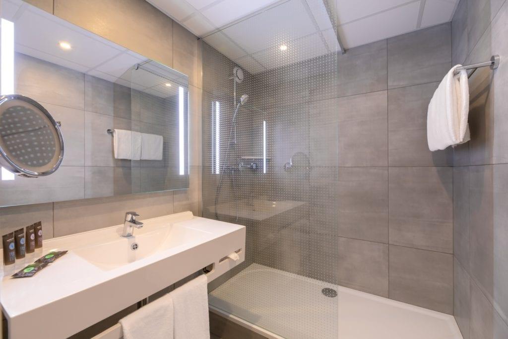 Novotel Wrocław City - filmowy hotel w nowym obliczu - szara łazienka w pokoju