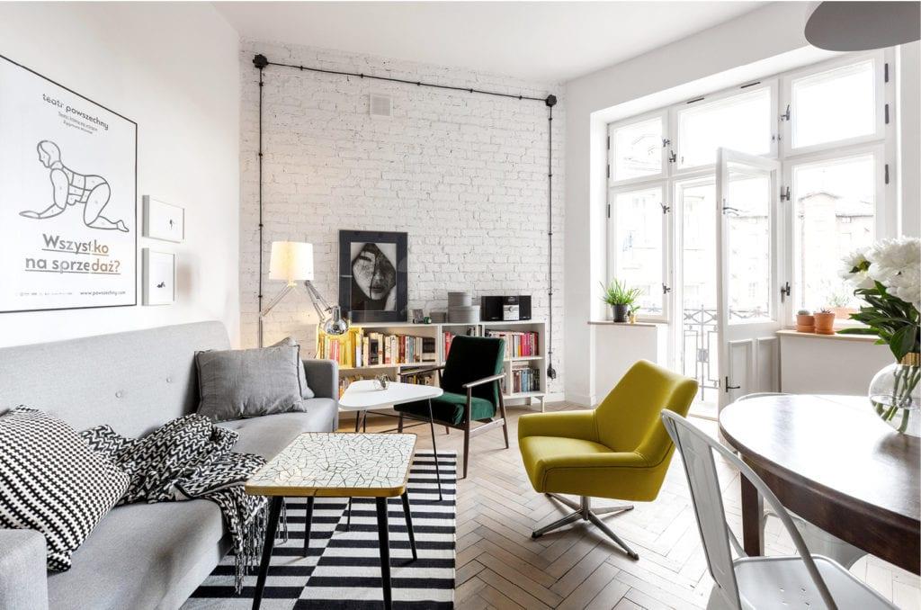 Pracownia Silke i warszawskie mieszkanie w przedwojennej kamienicy - salon z białą cegłą i meblami retro
