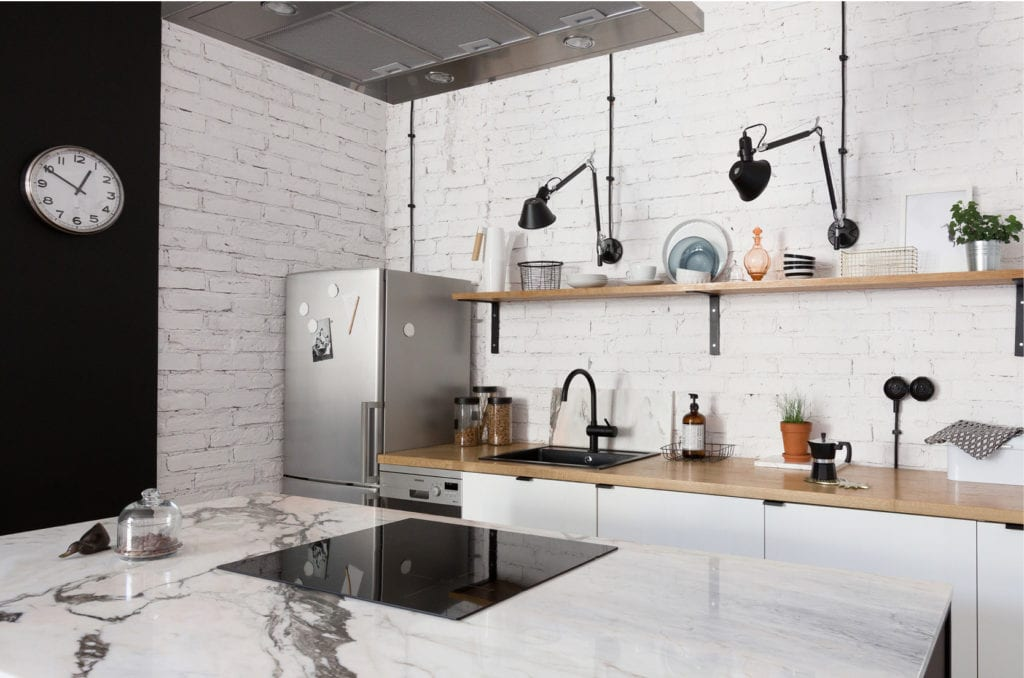Pracownia Silke i warszawskie mieszkanie w przedwojennej kamienicy - kuchnia z cegłą na ścianie pomalowaną na biały kolor