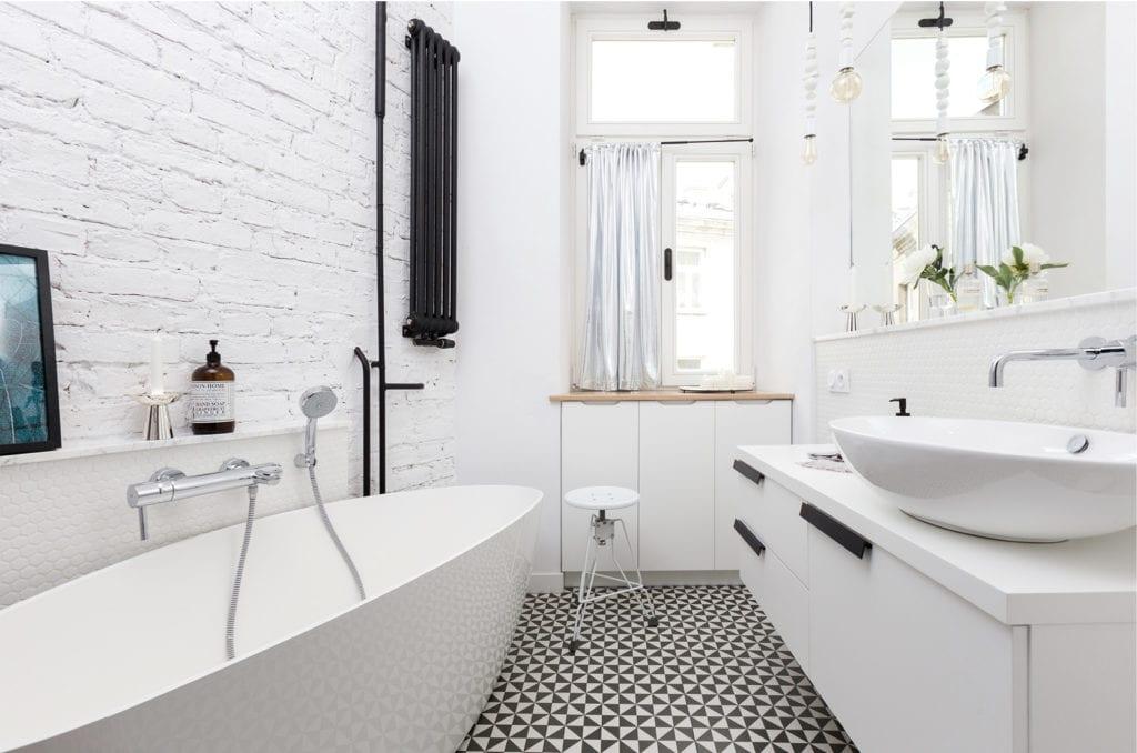 Pracownia Silke i warszawskie mieszkanie w przedwojennej kamienicy - łazienka z białą cegłą i czarnym grzejnikiem