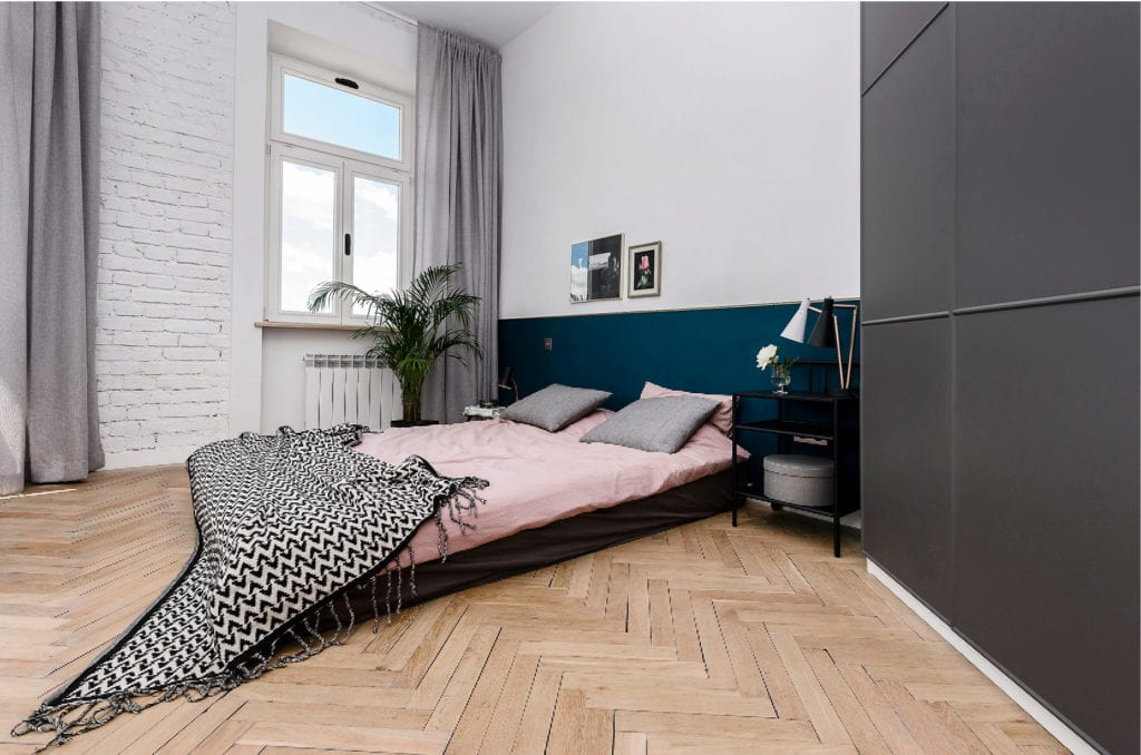 Pracownia Silke i warszawskie mieszkanie w przedwojennej kamienicy - sypialnia z dużym łóżkiem