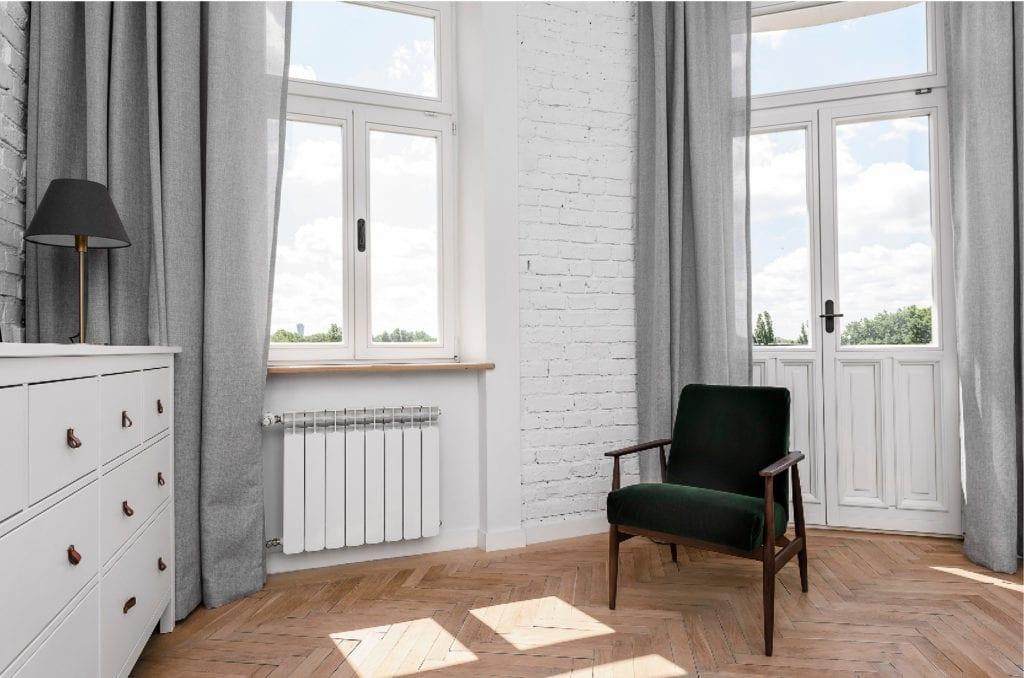 Pracownia Silke i warszawskie mieszkanie w przedwojennej kamienicy - fotel 366 stojący w jasnym pokoju