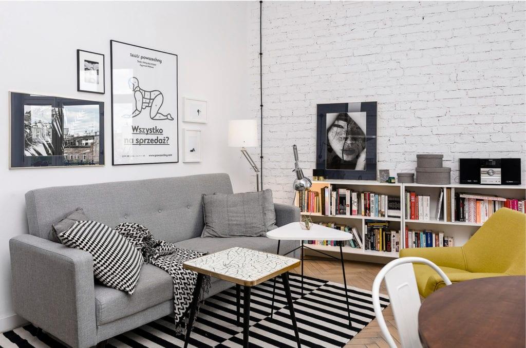Pracownia Silke i warszawskie mieszkanie w przedwojennej kamienicy - salon z cegłą pomalowaną na biało