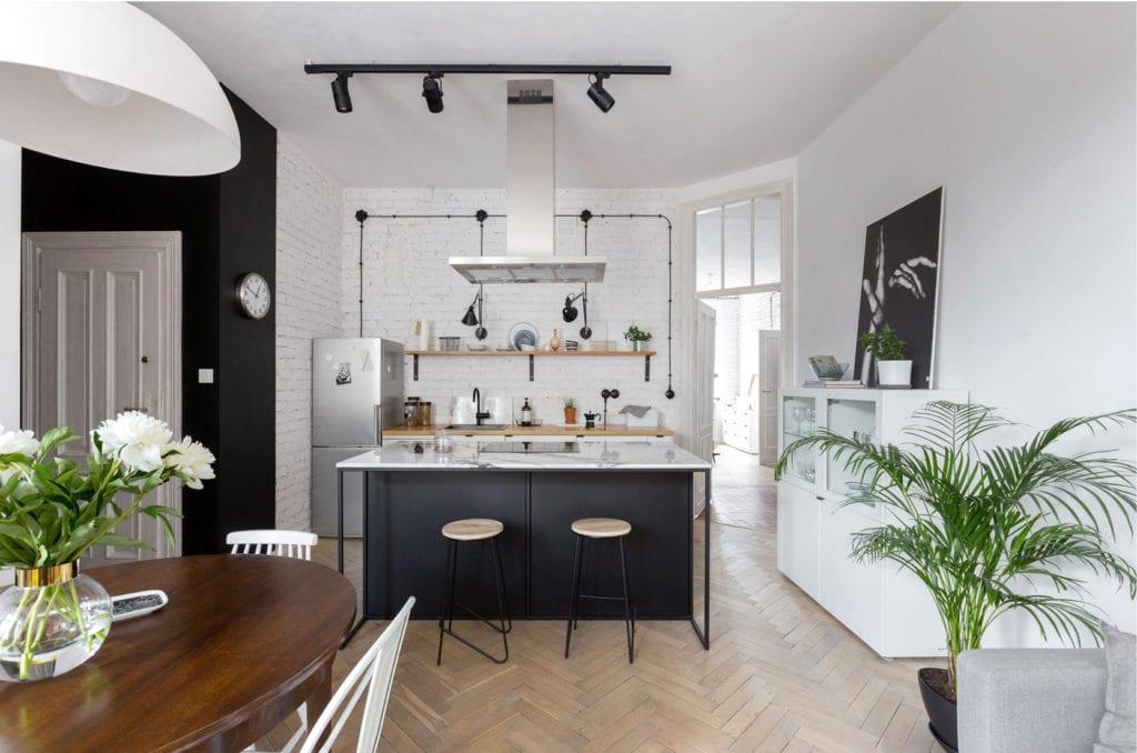 Pracownia Silke i warszawskie mieszkanie w przedwojennej kamienicy - salon połączony z kuchnią