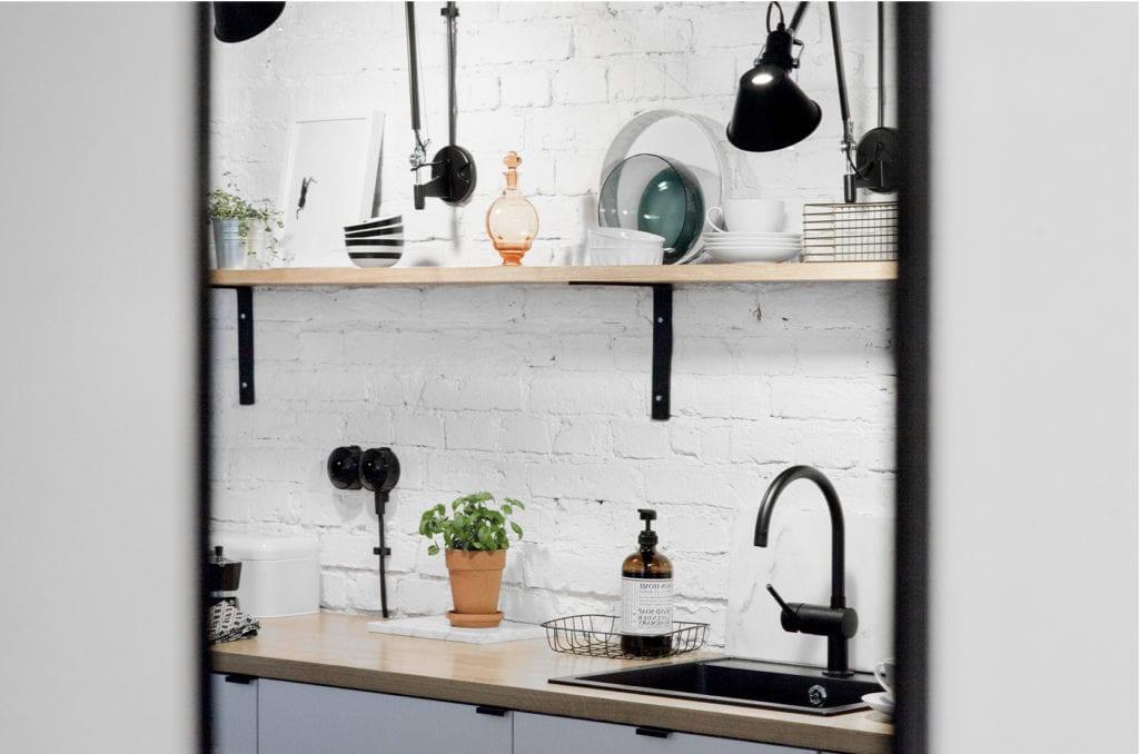 Pracownia Silke i warszawskie mieszkanie w przedwojennej kamienicy - biała cegłą w kuchni