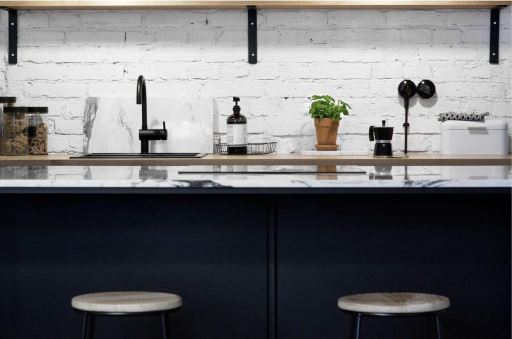 Pracownia Silke i warszawskie mieszkanie w przedwojennej kamienicy - czarne meble w białej kuchni