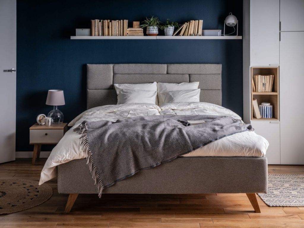 Wybieramy meble tapicerowane do salonu i sypialni - szare łóżko w sypialni