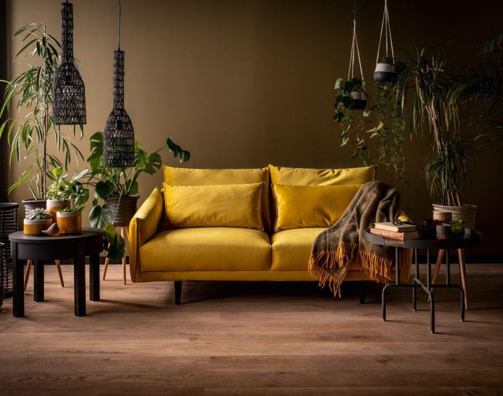 Wybieramy meble tapicerowane do salonu i sypialni - musztardowa sofa w salonie