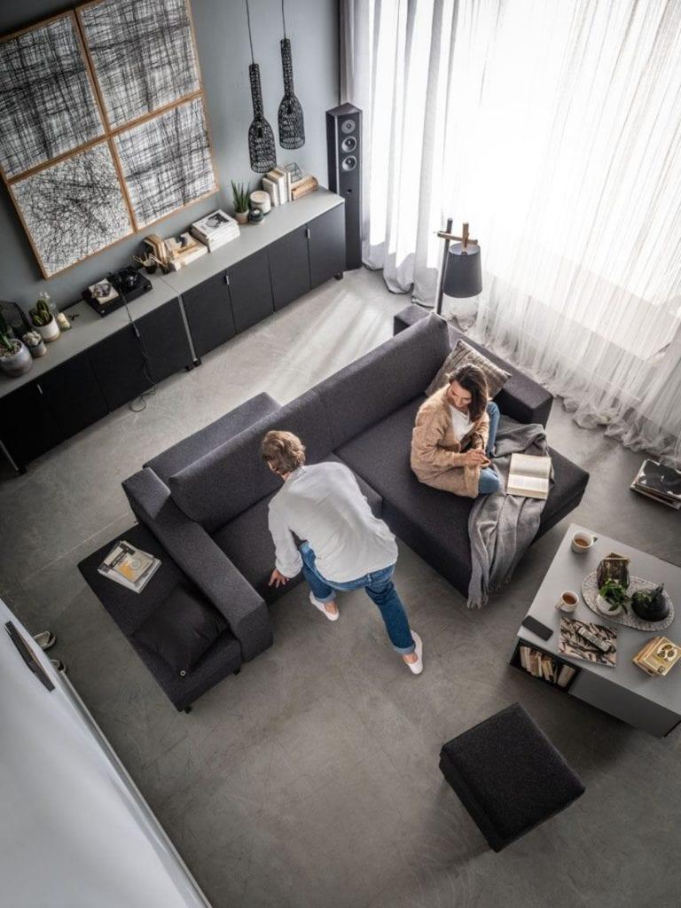 Wybieramy meble tapicerowane do salonu i sypialni - szary narożnik w salonie