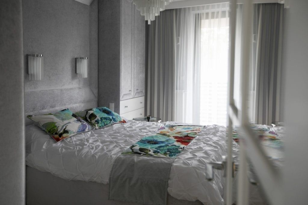 Agnieszka Kossakowska i ponadczasowe wnętrze w okolicach Warszawy - duże łóżko w sypialni