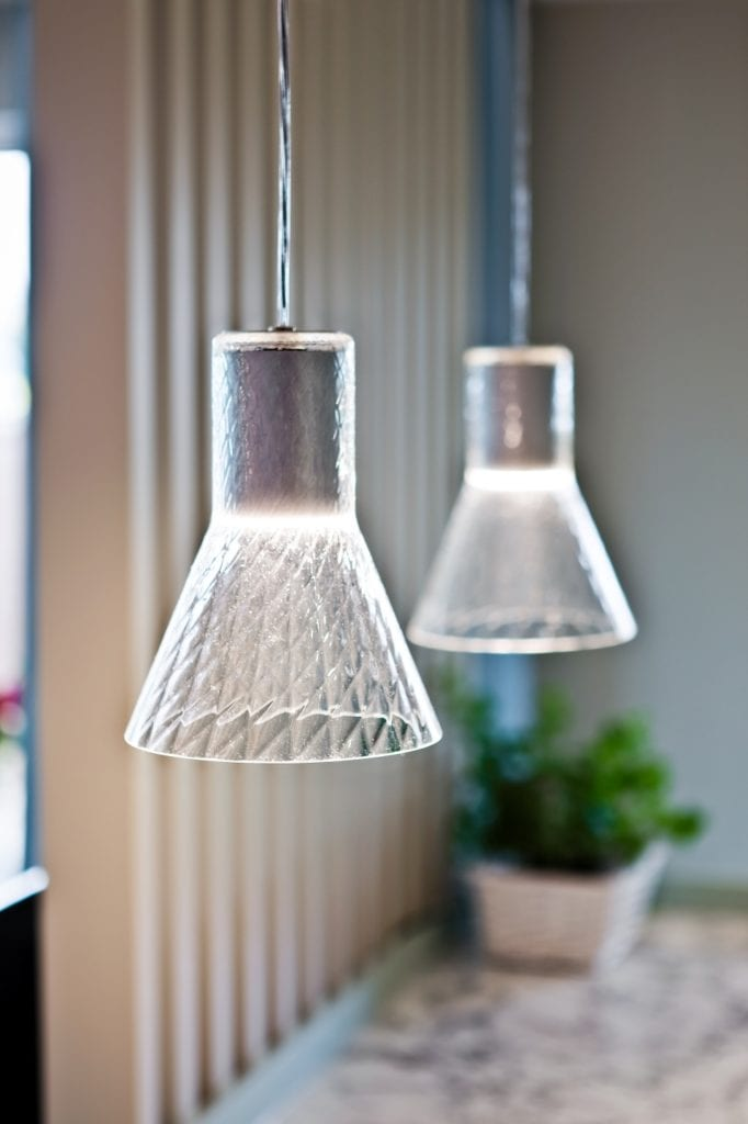 FABRYK-ART i projekt mieszkania na obrzeżach Opola - lampy Modern Glass od AQForm