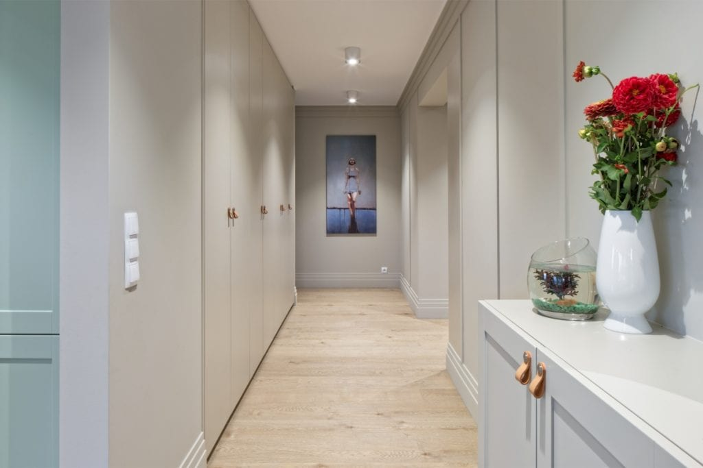 FABRYK-ART i projekt mieszkania na obrzeżach Opola - jasny, przestronny hol