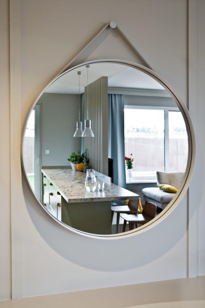 FABRYK-ART i projekt mieszkania na obrzeżach Opola - okrągłe lustro w salonie