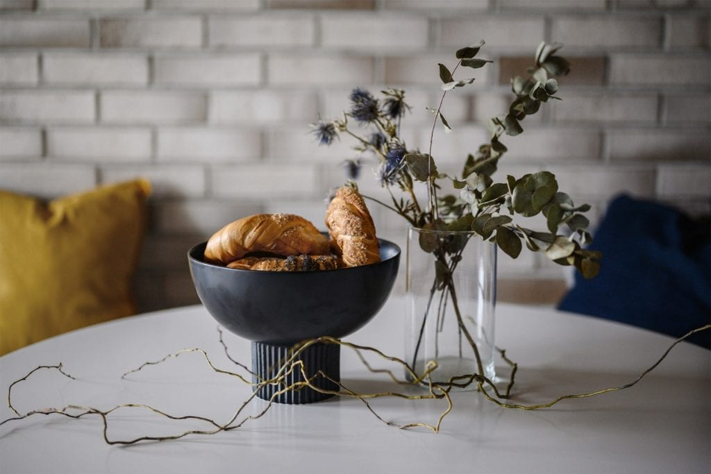 Krakowski apartament od pracowni bukaDesign - Klaudia Siudak - dekoracje na stole w jadalni