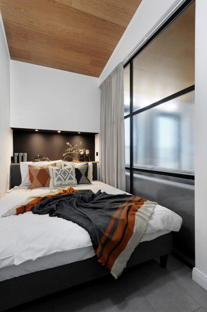 Krakowski apartament od pracowni bukaDesign - Klaudia Siudak - duże łóżko w sypialni