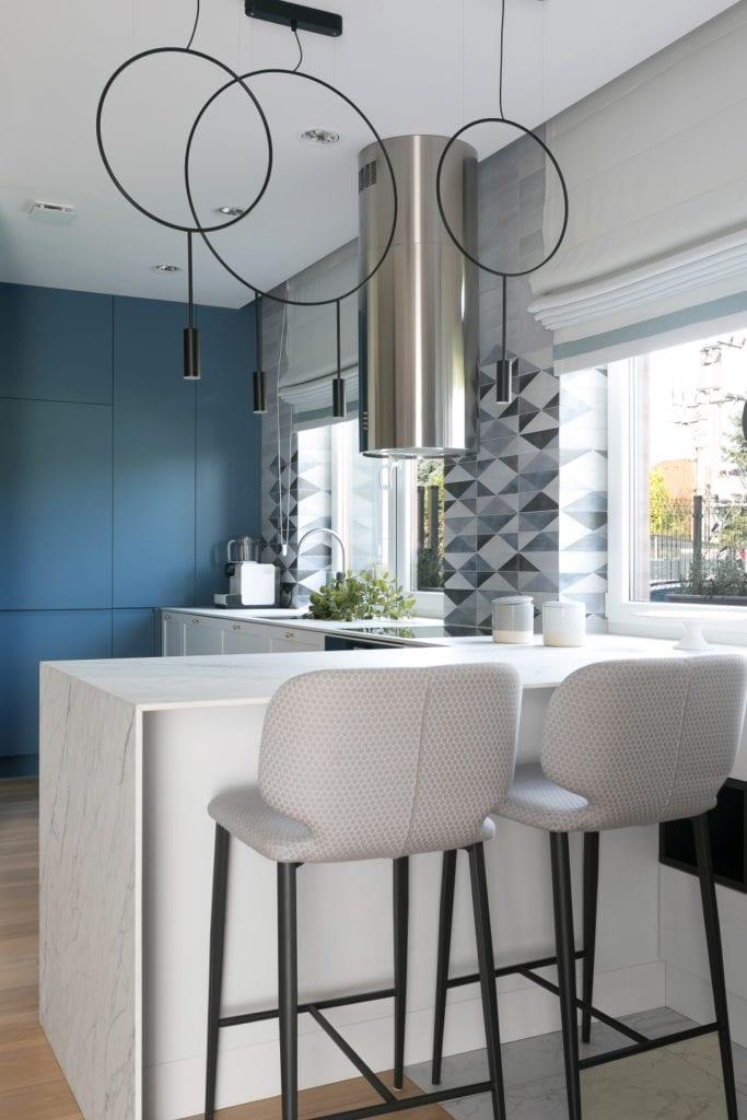 MIKOŁAJSKAstudio i wnętrza domu w Krakowie - białe stołki w kuchni