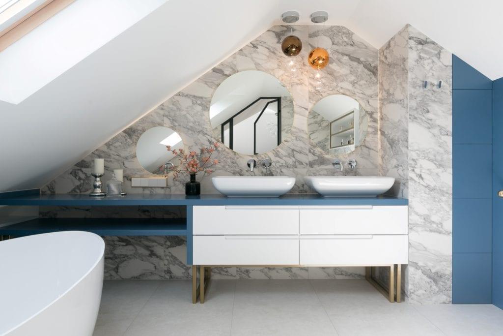MIKOŁAJSKAstudio i wnętrza domu w Krakowie - okrągłe lustro na ścianie w łazience