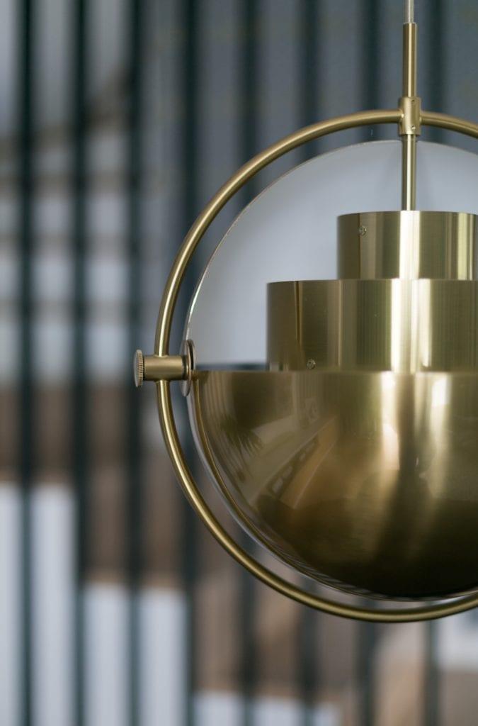 MIKOŁAJSKAstudio i wnętrza domu w Krakowie - złota lampa