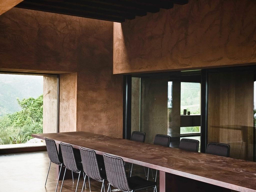 Pracownia MORQ i Villa RA w południowych Włoszech - stół w salonie