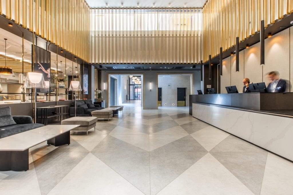 Radisson Blu w Pradze zaprojektowany przez polską pracownię Iliard Architecture & Project Management - hall