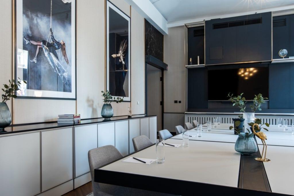 Radisson Blu w Pradze zaprojektowany przez polską pracownię Iliard Architecture & Project Management - stół w części restauracyjnej