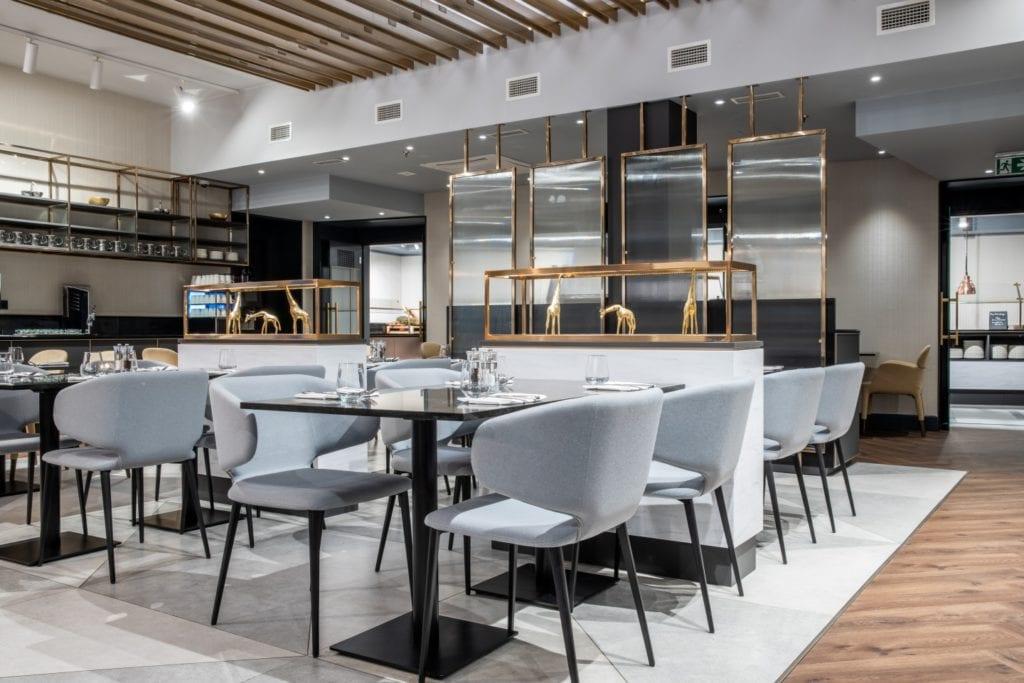 Radisson Blu w Pradze zaprojektowany przez polską pracownię Iliard Architecture & Project Management - część restauracyjna