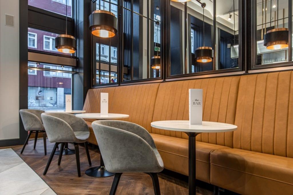 Radisson Blu w Pradze zaprojektowany przez polską pracownię Iliard Architecture & Project Management - wnętrze restauracji