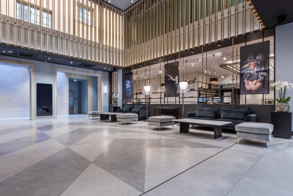 Radisson Blu w Pradze zaprojektowany przez polską pracownię Iliard Architecture & Project Management - przestronny hall
