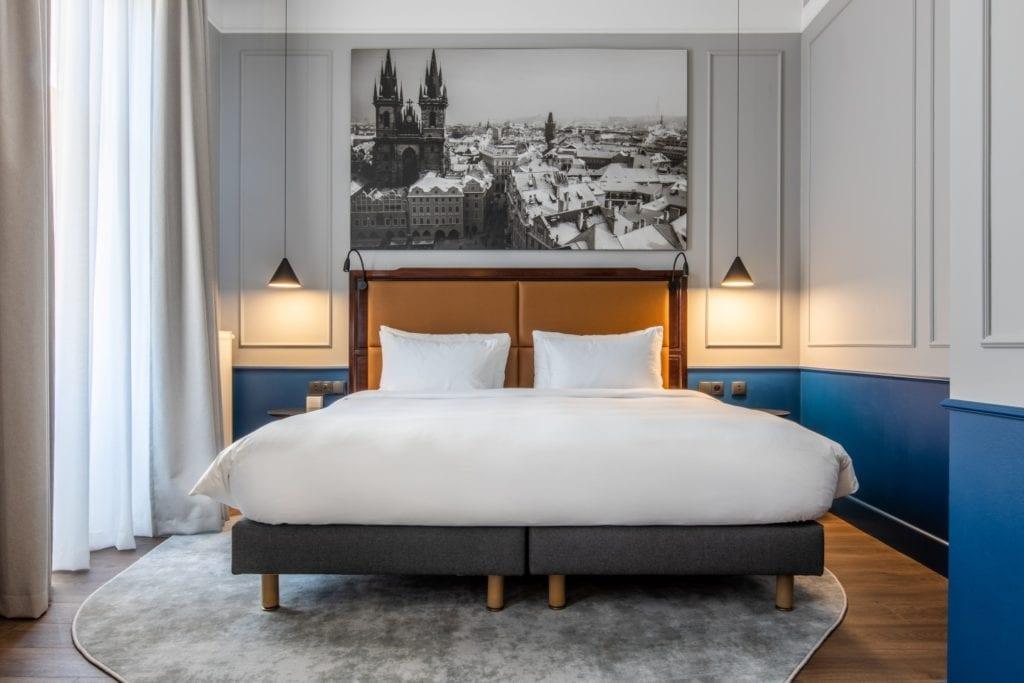 Radisson Blu w Pradze zaprojektowany przez polską pracownię Iliard Architecture & Project Management - duże łóżko w pokoju