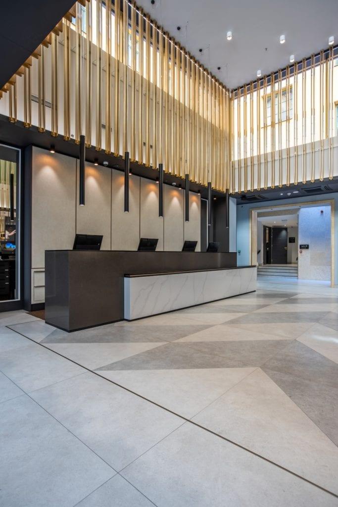 Radisson Blu w Pradze zaprojektowany przez polską pracownię Iliard Architecture & Project Management - recepcja