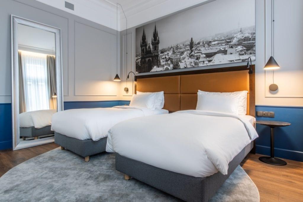 Radisson Blu w Pradze zaprojektowany przez polską pracownię Iliard Architecture & Project Management - dwa łóżka pojedyncze w pokoju