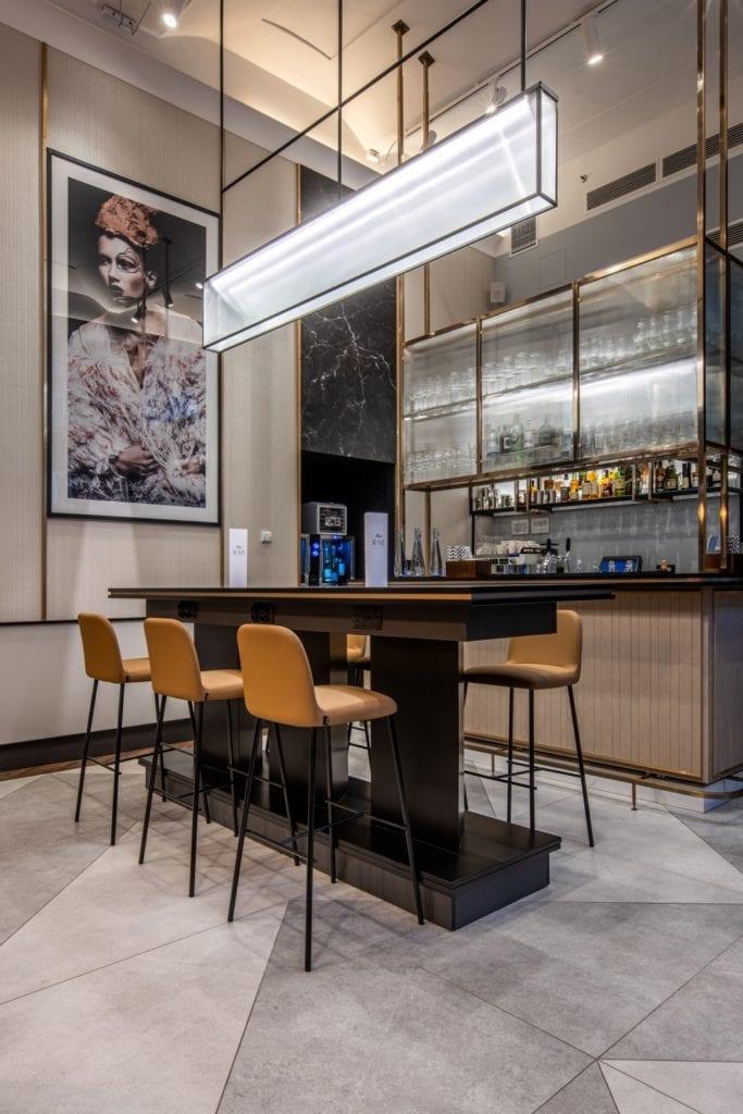 Radisson Blu w Pradze zaprojektowany przez polską pracownię Iliard Architecture & Project Management - bar w hotelu