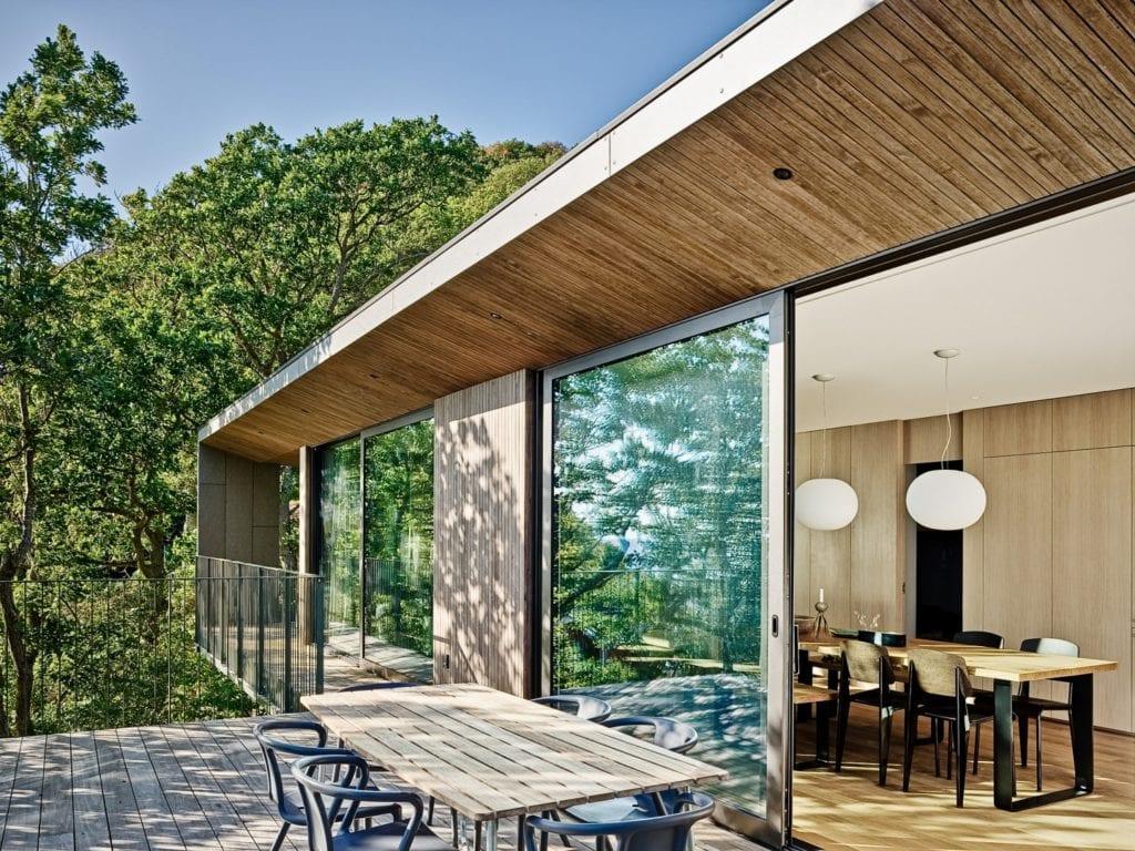 Sommarhus Solviken projektu Johan Sundberg Arkitektur - taras z przeszkleniami
