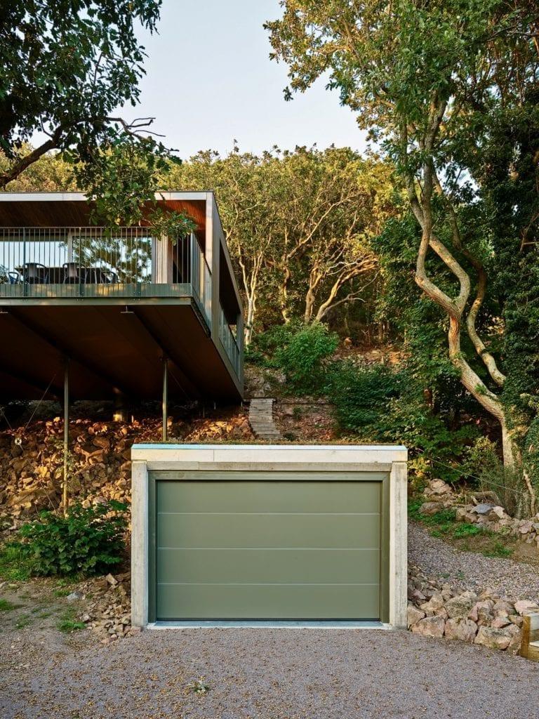 Sommarhus Solviken projektu Johan Sundberg Arkitektur - front domu z garażem