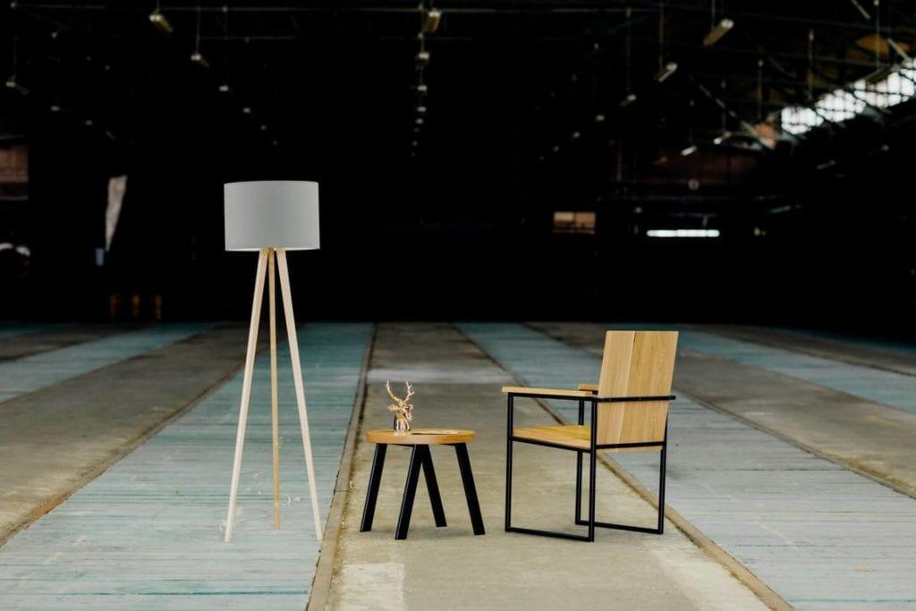 Unikatowe produkty z manufaktury Wolne Meble - krzesełko i stolik z drewna