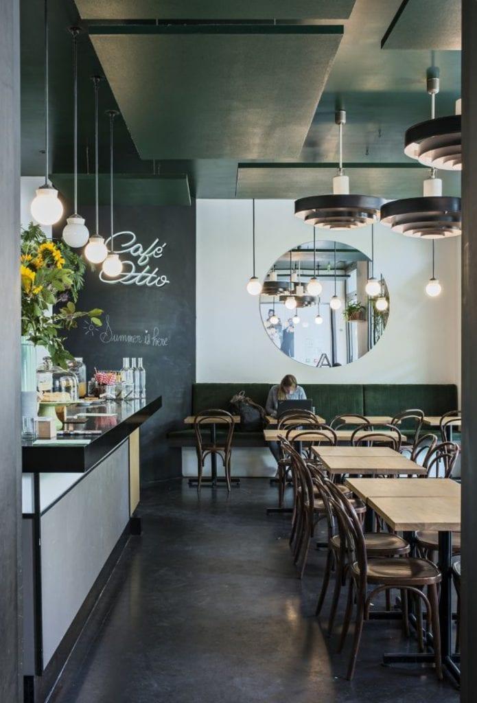Czarne sufity podwieszane - akustyka i elegancja - Paryska kawiarnia Otto