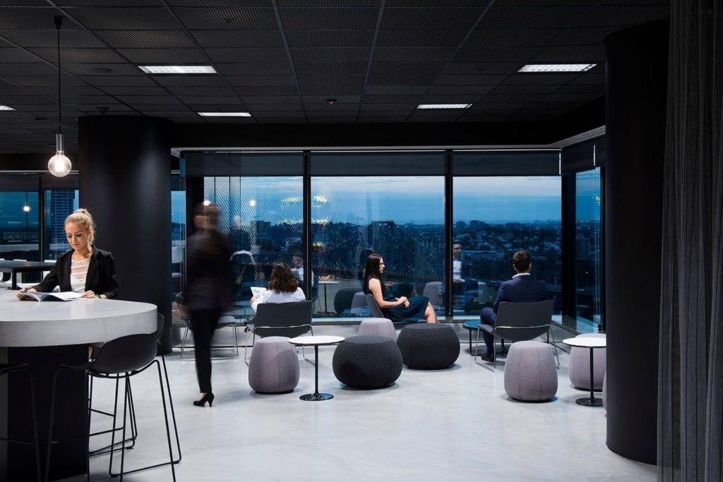 Czarne sufity podwieszane - akustyka i elegancja - Australijskie biuro kancelarii prawnej AJ&Co Laweyrs