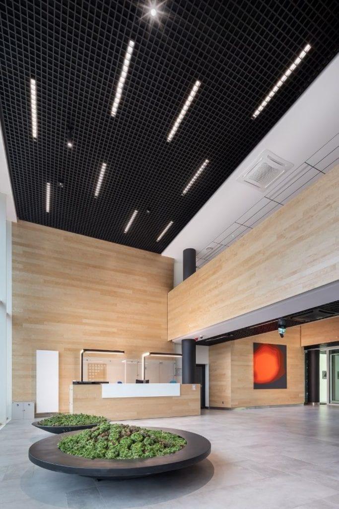 Czarne sufity podwieszane - akustyka i elegancja - Biurowiec Centrum Sportowa w Gdyni – architekt Wojciech Targowski z pracowni Fort Targowski
