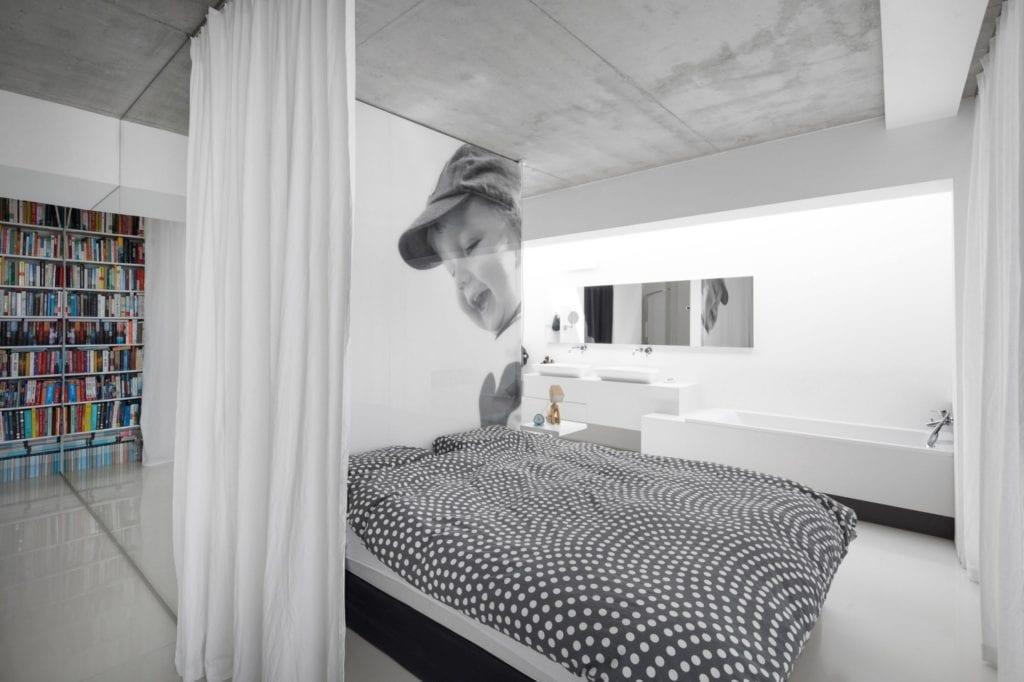 Dom z prześwitem - projekt, który architekt Robert Skitek z pracowni RS+ stworzył dla siebie oraz swoich najbliższych - Dom z prześwitem - projekt, który architekt Robert Skitek z pracowni RS+ stworzył dla siebie oraz swoich najbliższych - sypialnia z fototapetą