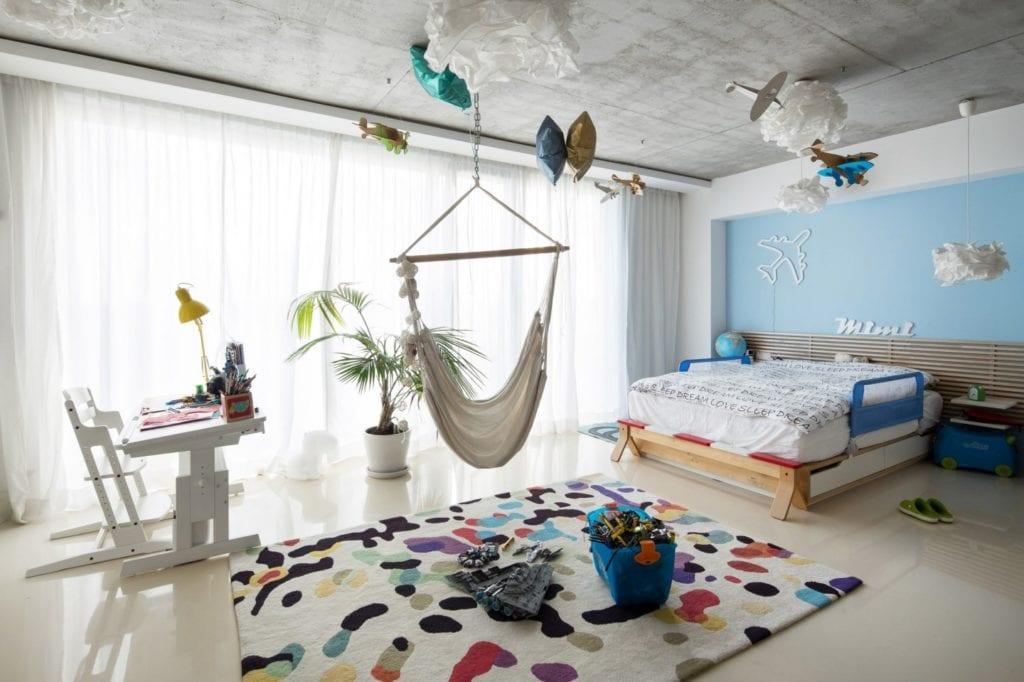 Dom z prześwitem - projekt, który architekt Robert Skitek z pracowni RS+ stworzył dla siebie oraz swoich najbliższych - Dom z prześwitem - projekt, który architekt Robert Skitek z pracowni RS+ stworzył dla siebie oraz swoich najbliższych - hamak w pokoju dziecięcym