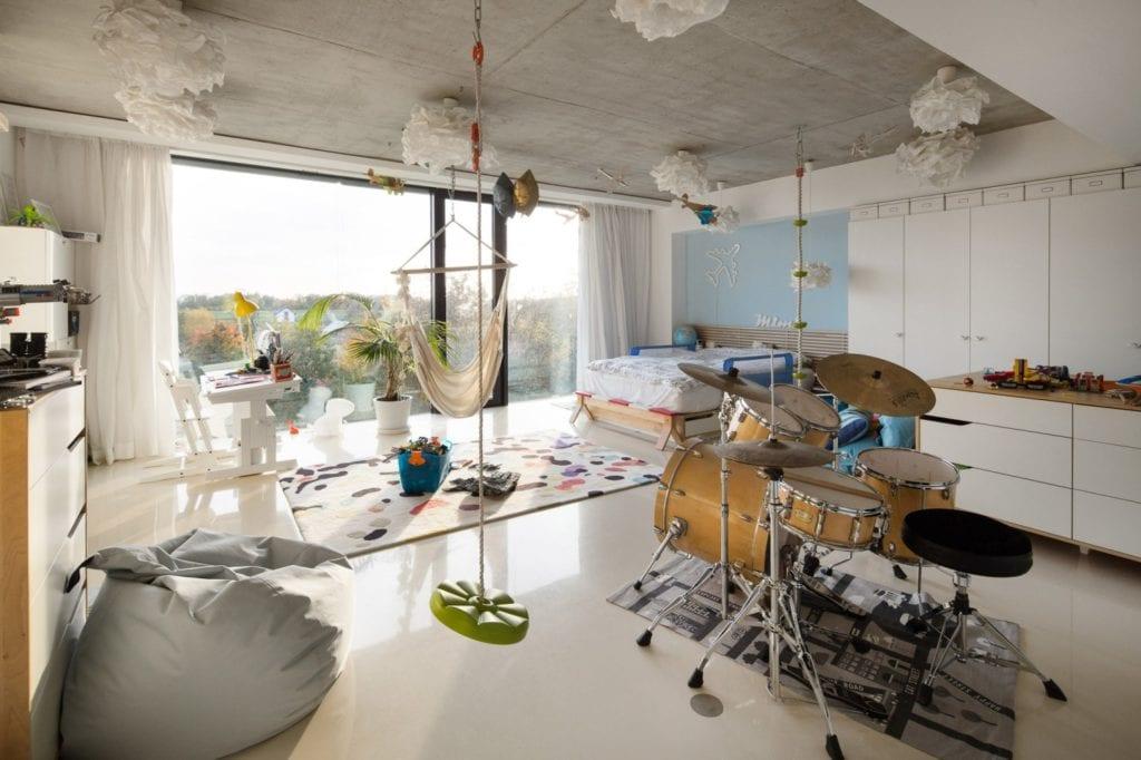 Dom z prześwitem - projekt, który architekt Robert Skitek z pracowni RS+ stworzył dla siebie oraz swoich najbliższych - Dom z prześwitem - projekt, który architekt Robert Skitek z pracowni RS+ stworzył dla siebie oraz swoich najbliższych - pokój dla dziecka