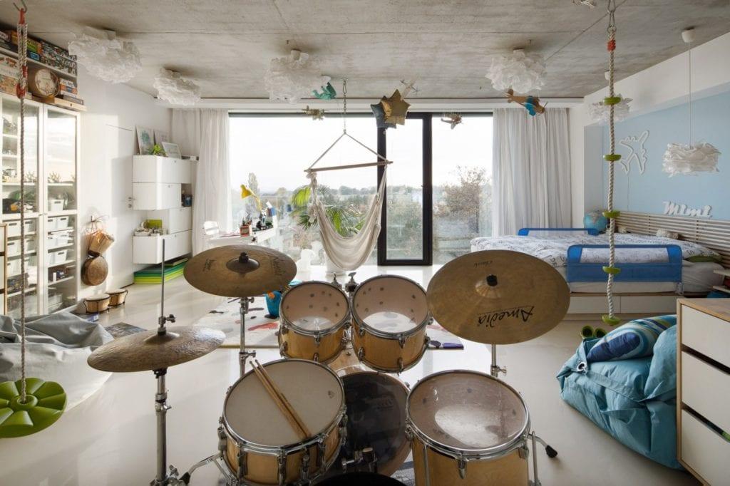 Dom z prześwitem - projekt, który architekt Robert Skitek z pracowni RS+ stworzył dla siebie oraz swoich najbliższych - Dom z prześwitem - projekt, który architekt Robert Skitek z pracowni RS+ stworzył dla siebie oraz swoich najbliższych - perkusja w pokoju dziecka