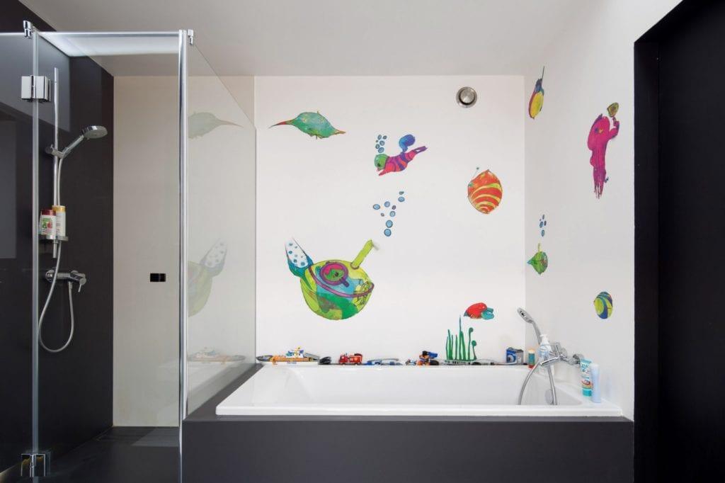Dom z prześwitem - projekt, który architekt Robert Skitek z pracowni RS+ stworzył dla siebie oraz swoich najbliższych - Dom z prześwitem - projekt, który architekt Robert Skitek z pracowni RS+ stworzył dla siebie oraz swoich najbliższych - jasna łazienka z wzorami