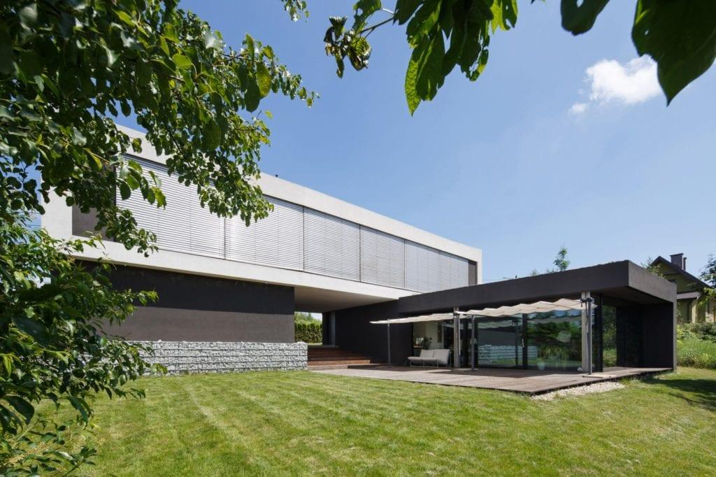 Dom z prześwitem - projekt, który architekt Robert Skitek z pracowni RS+ stworzył dla siebie oraz swoich najbliższych - Dom z prześwitem - projekt, który architekt Robert Skitek z pracowni RS+ stworzył dla siebie oraz swoich najbliższych - front domu