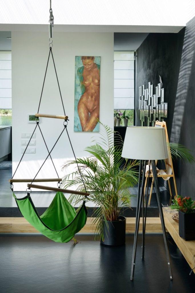 Dom z prześwitem - projekt, który architekt Robert Skitek z pracowni RS+ stworzył dla siebie oraz swoich najbliższych - Dom z prześwitem - projekt, który architekt Robert Skitek z pracowni RS+ stworzył dla siebie oraz swoich najbliższych - hamak w domu